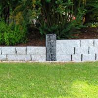 Trockenmauer mit Gabionensäulen