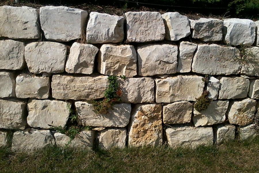 Trockenmauer aus Jurakalk