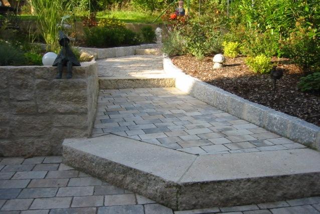 Stufen aus Betonstein mit Natursteinoptik