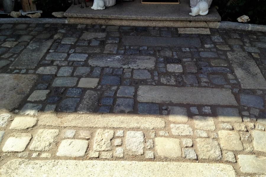pflegeleichter Weg aus Granit mit fester Fuge